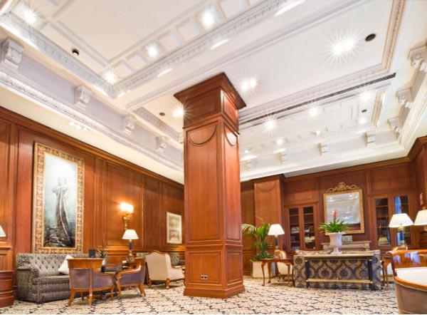 decoracion-exclusiva-techos-salon-hotel